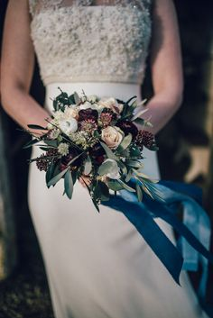 And we are back to winter again today on the blog with this sumptuous and decadent country manor bridal shoot. It combines a colour palette of deeply dark tones with a rich combination of navy, blues, plum, marsala and of course… gold. Absolutely gorgeous. Enjoy!