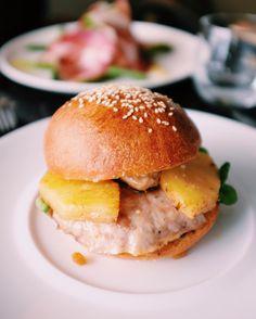 """Burger du restaurant """"La Dégustation"""" : Pain de la boulangerie rue Caulaincourt chutney d'ananas steak de volaille salade de mâche et d'ananas poché  Vraiment bon avec une mention spéciale pour le chutney d'ananas par contre prenez une entrée ou un dessert car il n'y a malheureusement pas de frites avec ! #parisburger #burger #streetfood #restaurant #goodplace #fat #foodporn"""
