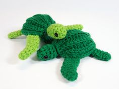 Leatherback sea turtle amigurumi crochet pattern // by Larah Uyeda Cute Crochet, Crochet For Kids, Crochet Crafts, Crochet Dolls, Crochet Yarn, Crochet Projects, Crochet Fish, Crochet Round, Crochet Sea Creatures
