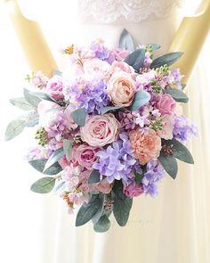 、 、 花嫁様のご希望に合わせて ブーケの変更ができました。 . くすんだピンクのお花をやめて 澄んだピンクや紫の お花を増やしました。 . 作品は、花嫁様に了承をもらって 完成することができます。 、 完成品ブーケ 残りあと少しになりました(๑˃̵ᴗ˂̵) たくさんのご注文 ありがとうございます! 、 また、来月販売の 春のブーケの制作 始めました⭐️ ワクワクしてます❣️ 、 、 #wedding #weddingbouquet #bouquet #weddingflowers #ウェディングブーケ #ウエディングブーケ #クラッチブーケ #ライラック #ハルのブーケ #2018春婚 #結婚式 #結婚準備