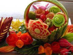 Sabido es que las frutas, aparte de ser un auténtico manjar, son un elemento infalible de buen gusto a la hora de decorar. Pero hoy vamos a hablar de algo más: del arte Mukimono, donde la imaginación es el único límite…