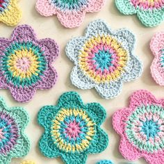 Happy Flower Crochet CoastersThis crochet pattern / tutorial is available for free... Full post: Flower Crochet Coasters