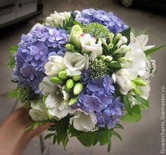 Бело-голубой букет невесты с гортензией