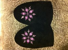 Original pink star beadwork Native Beading Patterns, Beadwork Designs, Native Beadwork, Hand Embroidery Patterns, Beaded Embroidery, Baby Moccasin Pattern, Beaded Moccasins, Indian Crafts, Sewing Material