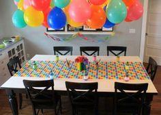 Una idea para decorar el techo con globos en una fiesta de cumpleaños