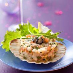 Ouvrez les huîtres et laissez-les dans leur jus dans un endroit frais. Décoquillez les Saint-Jacques, détachez les noix, rincez-les et lavez les coquilles. Épluchez le gingembre et hachez-le. Rincez et ciselez la ciboulette. Hachez le saumon, les noix de Saint-Jacques et les huîtres sorties de leur jus. Mélangez le tout. Ajoutez les jus des citrons, l'huile d'olive, le sel et le poivre. A l'aid...