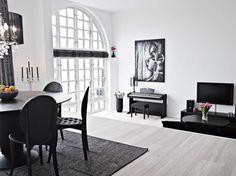 Elegant black and white interior duplex - omg can i live here! Black Interior Design, Black And White Interior, Black White, White Chic, Black Dining Table Set, White Wooden Floor, White Houses, White Walls, Home And Living