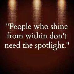 Mensen die van binnen uit stralen, hebben geen spotlight nodig.