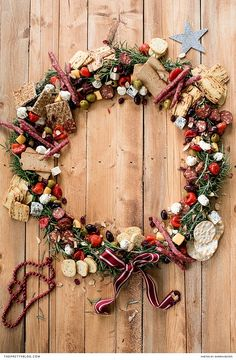 The perfect idea for the festive season - A DIY edible Christmas wreath https://www.theprettyblog.com/food/edible-festive-wreath/