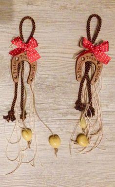 Ξύλινο χειροποίητο γούρι. Πέταλο με ευχές. Key Chain, Washer Necklace, Crochet Necklace, Charmed, Winter, Christmas, Crafts, Jewelry, Christmas Crafts