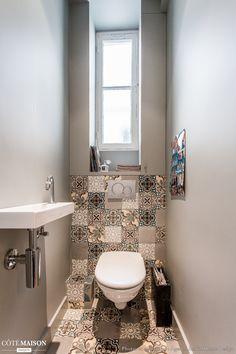 Des carreaux de ciments dans ces toilettes donnent une atmosphère moderne.