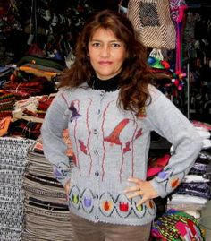 Graue knöpfbare #Strickjacke mit Glockenblumen bestickt, #Alpakawolle. In allen Größen lieferbar.  Liebevoll bestickte Strickjacke aus wunderbar weicher und warmer Alpakawolle. Die Jacke ist aufwendig mit #Blumen #Motiven #bestickt. Die Alpakawolle, zählt zu den kostbarsten #Wollsorten weltweit.  Ein Hochgenuss, wenn Sie edle Stoffe und Materialien lieben.