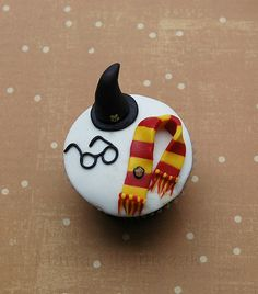 Harry Potter cupcake-perfect for my sister's birthday! Gateau Harry Potter, Harry Potter Cupcakes, Harry Potter Food, Harry Potter Birthday, Love Cupcakes, Cupcake Cookies, Cakepops, Anniversaire Harry Potter, Birthday Cakes
