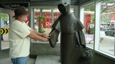 Ysengrimus serrant la pince à la statue d'Émilie Gamelin (œuvre du sculpteur Raoul Hunter). Photo: la Lettrée Voyageuse
