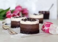 A fancy hotel brownie cup made Healthy! And vegan and dairy-free. Easy to put together with ingredients probably in your kitchen now. Brownie Desserts, Gourmet Desserts, Vegan Dessert Recipes, Snack Recipes, Free Recipes, Snacks, Chocolate Mousse Cake, Chocolate Recipes, Raw Brownies