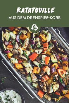 Kennste Ratatouille? Das ist klassische französische Hausmannskost. Im Grunde ist es 'ne Gemüsepfanne. Klingt 'n bisschen langweilig? Nicht, wenn du das ganze frische Gemüse in deinem Drehspieß-Korb zubereitest und sich die Aromen beim indirekten Grillen und Rotieren so richtig schön verteilen können.Zum Gemüse wirfste Rosmarin, Thymian, Zitronensaft und -zeste in das Körbchen. Mon Dieu, das ist sowohl als Beilage zum fetten Steak als auch als Hauptgericht der absolute Knaller! Veggie Bbq, Kung Pao Chicken, Ratatouille, Grilling Recipes, Summer Vibes, Barbecue, Great Recipes, Veggies, Low Carb