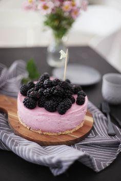 Fräulein Klein : Aus meinem Garten: No-bake Brombeer-Joghurt-Mousse-Kuchen • beeriger Sommersalat mit Himbeerdressing