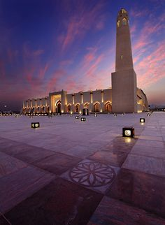 I absolutely love the architecture on the masajids around the world. State Masjid of Qatar Beautiful Mosques, Beautiful Places, Beautiful Pictures, Mosque Architecture, Art And Architecture, Doha, Naher Osten, Les Religions, Grand Mosque