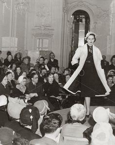 Visning av Christian Diors vår- og sommer kolleksjonen på Savoy Hotel, 25. april 1950, London. Foto: J. Waldorf/ POLYFOTO/ Arkiv Sturlason