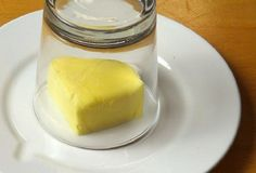 Cover A Piece of Butter With A Glass… Why? You'll Use This Trick For The Rest Of Your Life!Here's the link to the video >> DIY Cover Butter with Glass << Gordon Ramsay, Chefs, Warm Food, Some Recipe, Stick Of Butter, Baking Tips, Kitchen Hacks, Food Hacks, Cooking Hacks