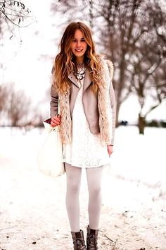 I love this look but would be scared to wear white tights haha. 12 Winter Street Style Looks We Love! Winter Chic, Winter Wear, Autumn Winter Fashion, Fall Winter, Winter Light, Casual Winter, Winter Holiday, Winter Snow, Look Fashion