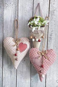 """VBS Deko-Mütze """"Karo Braun"""" - autour du tissu déco enfant paques bébé déco mariage diy et crochet Heart Decorations, Valentines Day Decorations, Valentine Day Crafts, Holiday Crafts, Christmas Decorations, Sewing Hacks, Sewing Crafts, Sewing Tips, Felt Ornaments"""