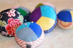 #Nadelkissen Hariyama von NORIKO handmade. Mit drei verschieden farbigen #Filzstoffen auf der Oberseite; dick mit Watte gefüttert; mit einem Stück Kunstleder im Inneren an der Unterseite, damit die Nadeln nicht durchgestochen werden können.