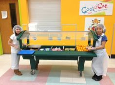 Students at Washoe County School District in Nevada show off the delicious fruits and vegetables at their school's salad bar. Healthy School Snacks, Healthy Eating Habits, Back 2 School, School Lunch, Salads For Kids, Food Displays, Delicious Fruit, Salad Bar, School District
