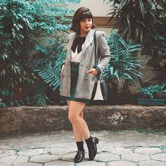 Look blazer xadrez príncipe de gales, saia reta verde, bolsa preta e branca, sapato verniz anos 90 com meia. #vintage #blazer #outfit