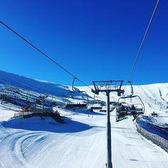 Cerrando la temporada en Valdesqui y como no podía ser de otra manera con un día espectacular Menudo año más bueno!! #valdesqui #snow #snowboard #sierrademadrid #madridmola #lolacampeona #madrugon