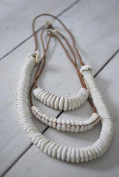 Les Guerriers d'amour - collier de coquillages - MOYEN