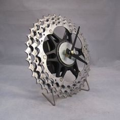 I could totally do this! Bike Cog, Bicycle Cafe, Bicycle Decor, Bicycle Parts Art, Recycled Bike Parts, Wall Clock Wooden, Wood Clocks, Bike Craft, Car Part Furniture
