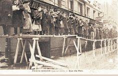La rue du Bac lors des inondations de fin janvier 1910; Rue du Bac at the end of January 1910 floods