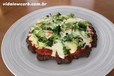 Essa é uma das minhas receitas low carb favoritas e usa um hambúrguer de carne moída como se fosse uma massa de pizza, com queijo, tomate e cebola por cima.