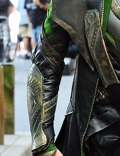Loki's armor is so majestic, Fenrir on his shoulder and Jormungandr on his chest and bracers. And his helmet with horns which according to pagan beliefs symbolizes the devil. Loki Avengers, Loki Marvel, Loki Thor, Tom Hiddleston Loki, Loki Laufeyson, Lady Loki Cosplay, Loki Costume, Marvel Costumes, Diy Costumes