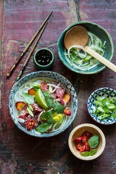 Deze variant op de bekende vietnamese pho soep is een stukje pittiger: Miljuschka's pittige pho dus. Om meteen uit te proberen!
