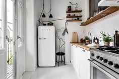 60 Farmhouse Apartment Kitchen Decorating Ideas - Home Apartment Kitchen, Kitchen Interior, Kitchen Decor, Kitchen Ideas, Kitchen Wood, Kitchen White, Kitchen Shelves, Kitchen Layout, Kitchen Designs