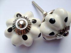 155 Witte porseleinen kastknopjes met zwarte stippen