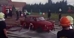 Πυροσβέστες σηκώνουν στο αέρα αυτοκίνητο μόνο με νερό [video]