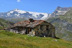 Prenons le temps d'une #randonnée pour admirer, en se posant, les #montagnes qui nous dominent. Le #Chalet de #Pensamen est l'endroit idéal. De plus, il est situé en plein cœur du #Parc de la #Vanoise.