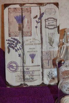 Tabla envejecida con betún de judea, decorada con transfers de motivos de lavanda, y flores naturales de lavanda