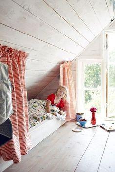 Le lit cabane, c'est vraiment trop top dans la chambre d'un enfant ! Et quand on l'aménage dans des combles, ça ne demande quasiment aucun travail de bricolage : placez simplement un matelas ou un lit le long de la pente du toit, fixez une tringle, placez voilages ou rideaux opaques et c'est fini !