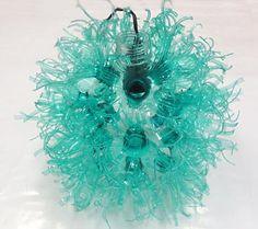 Aqui está a luminária de garrafa pet pronta para decorar