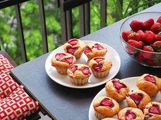 Brioșe cu iaurt și căpșune (fără zahăr) Waffles, Muffin, Cookies, Breakfast, Food, Banana, Biscuits, Morning Coffee, Cookie Recipes