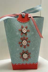 Tutorial on how to make this gift bag/box our of cardstock.