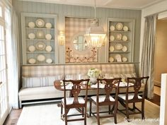 {Decor Inspiration} Traditional Blue and White Kitchen in 2017 Southeastern Designer Showhouse & Gardens Kitchen Banquette, Banquette Seating, Kitchen Nook, Kitchen Seating, Casas En Atlanta, Kitchen Bookshelf, Atlanta Homes, Cuisines Design, Traditional Decor