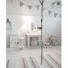 Godkväll! Nu lägger sig lillskruttarna snart / indoor swing in kids room