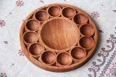 Пасхальная подставка для яиц Wooden Projects, Wood Crafts, Wooden Platters, Kitchen Board, Egg Holder, Wood Cutting Boards, Wood Bowls, Wooden Kitchen, Wood Turning