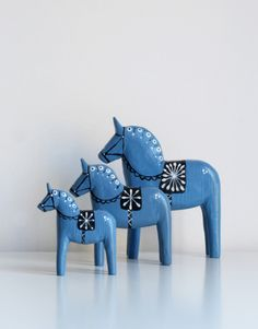 The brother of the Dala horse is the Holmestad horse. A unique hand-made wooden horse from Sweden. Swedish Decor, Swedish Style, Scandinavian Folk Art, Scandinavian Christmas, Grand Art, Wooden Horse, Horse Art, Wood Carving, Folklore