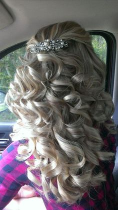 Looks like my sisters prom hair! Done by my cousin! @Mattie Olson @Neilie Dockter